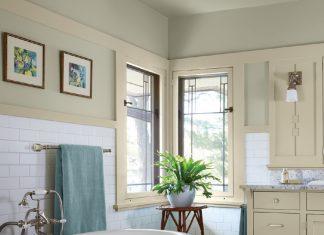Photo of a bathroom with a bathtub and a houseplant